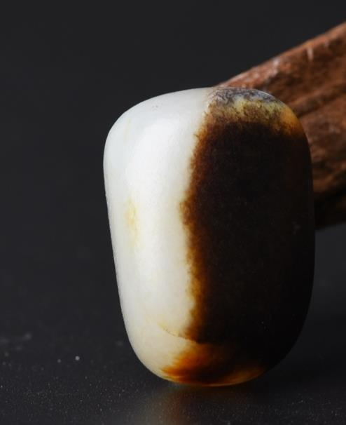 如何辨别和田玉籽料中的黑皮籽?
