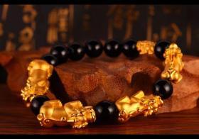 手链上有两只黄金貔貅是多此一举吗?