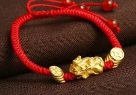 女人带金貔貅手链戴哪个手上比较好:左手为宜