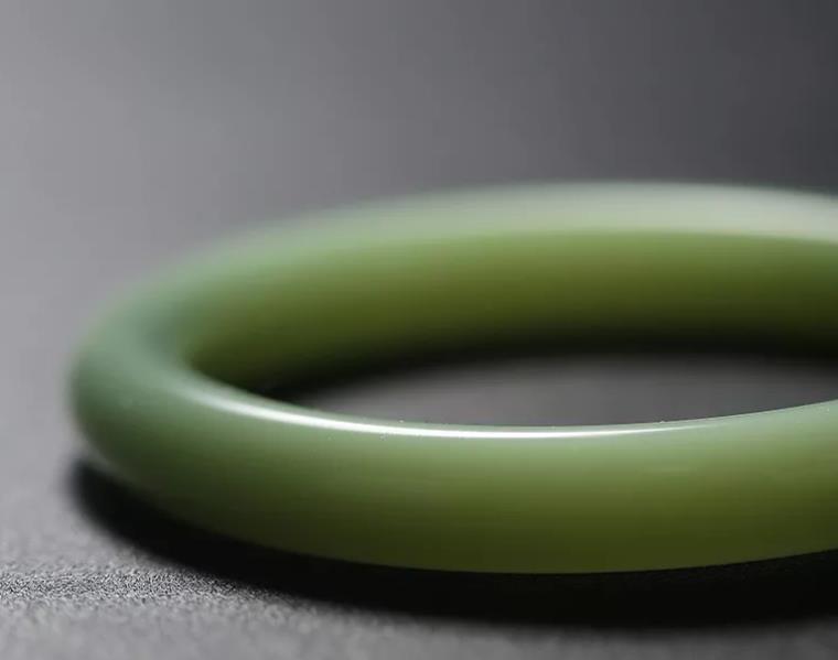 怎么鉴别菠菜绿和田碧玉手镯?